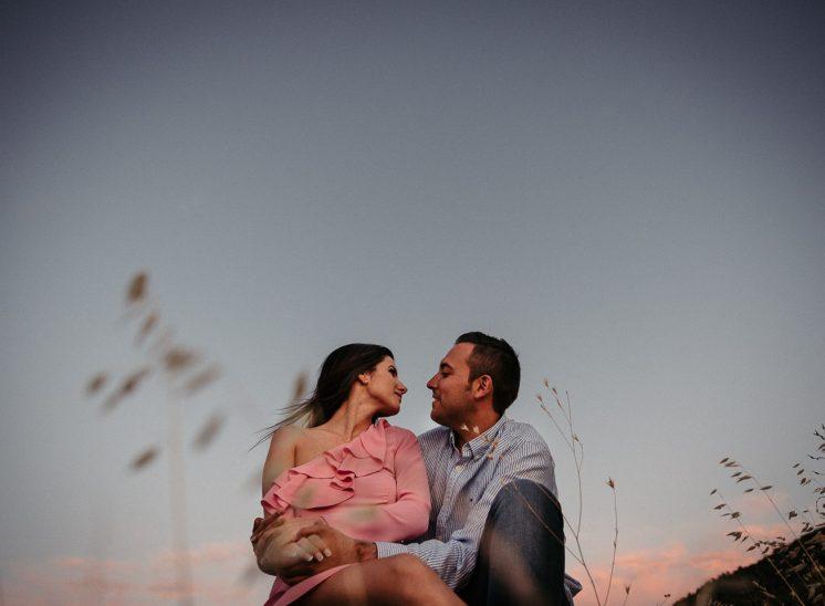 Una pareja mirándose a los ojos muy enamorados