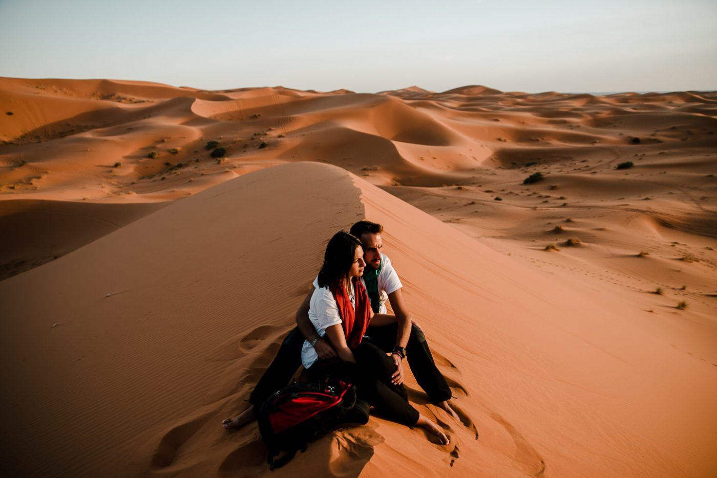 sesión de pareja en el desierto