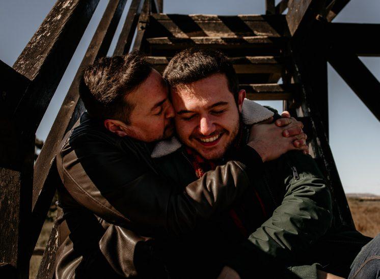 love is love, Dos chicos abrazándose y besándose en unas escaleras, fotografía parte de una serie entre la pareja Adri e Ismael. fotografiada por Yoss Sabalet