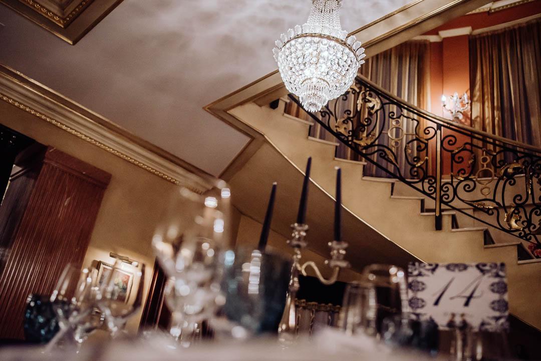 lampara y escaleras hacienda la masia