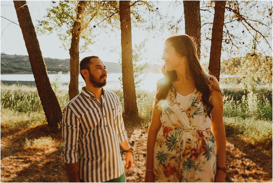 una pareja disfruta de su sesion de fotos en ciudad real