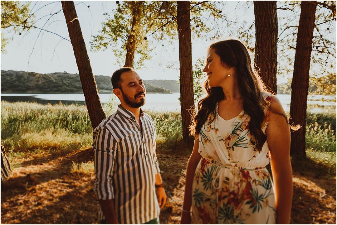 una pareja disfruta de su sesion de fotos en lagunas de ruidera, ciudad real