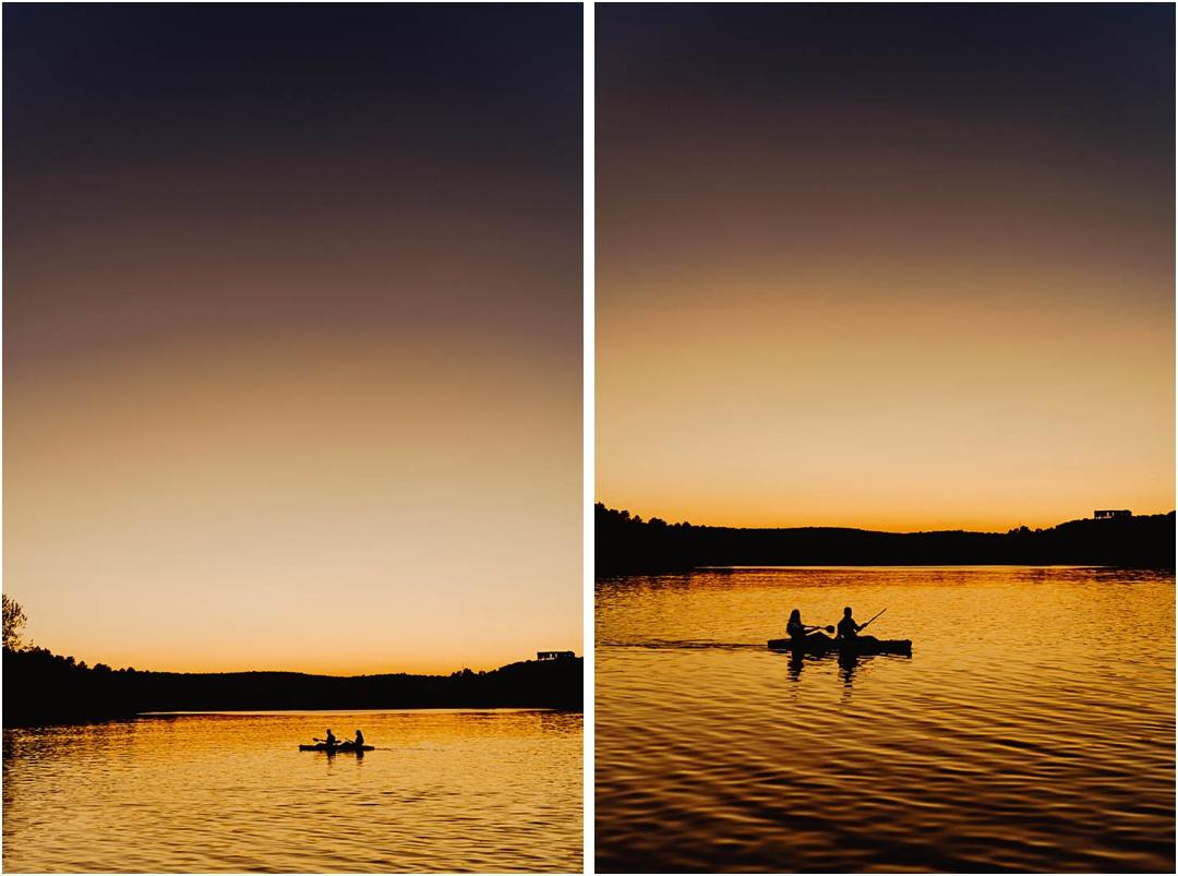 pareja navegando por las lagunas de ruidera al atardecer, ciudad real