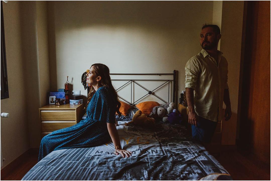 una pareja se hace fotos en casa, ciudad real
