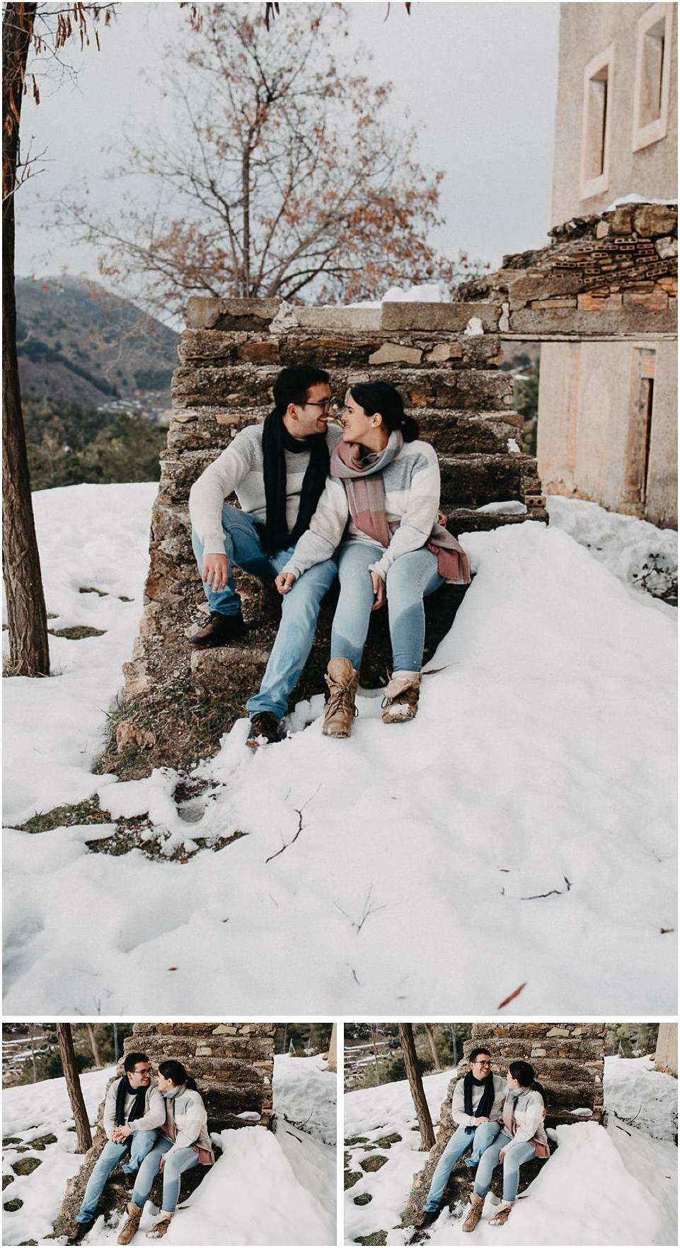 una pareja en las montañas nevadas