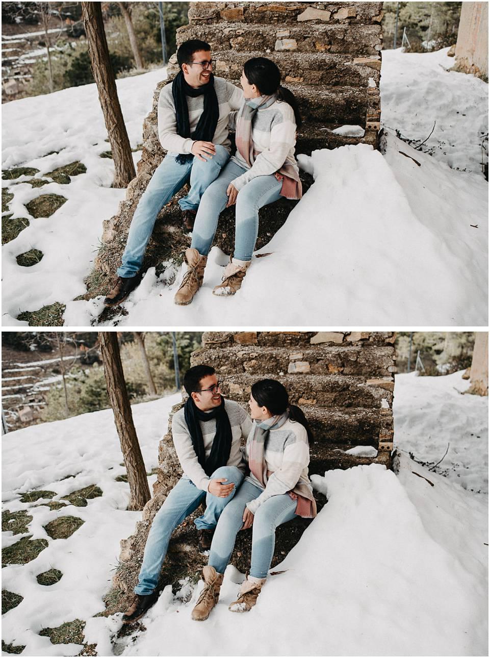 una pareja se divierte en la nieve