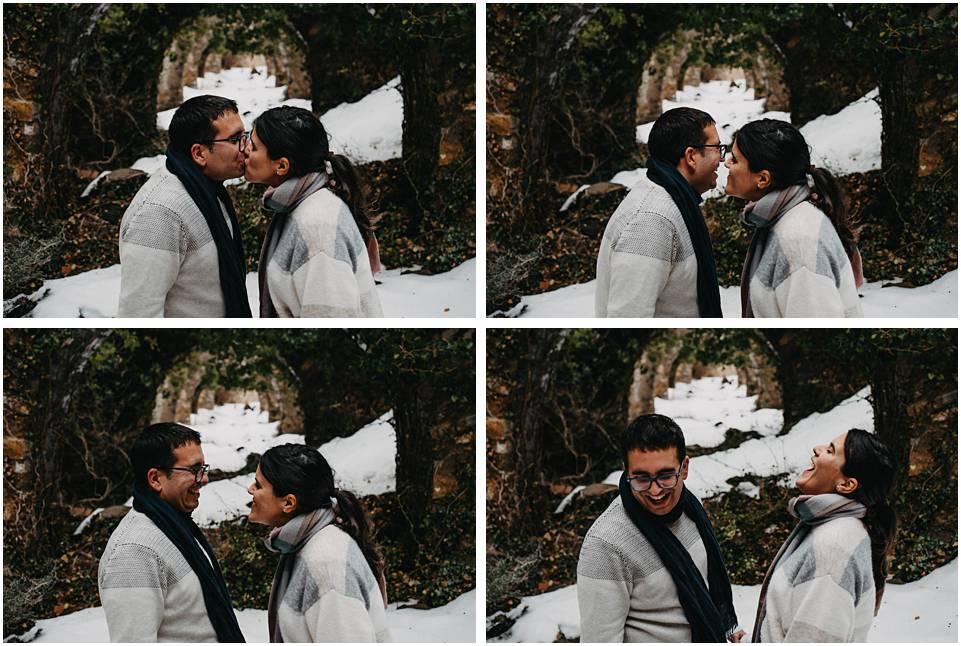 una pareja se hace fotos en la nieve