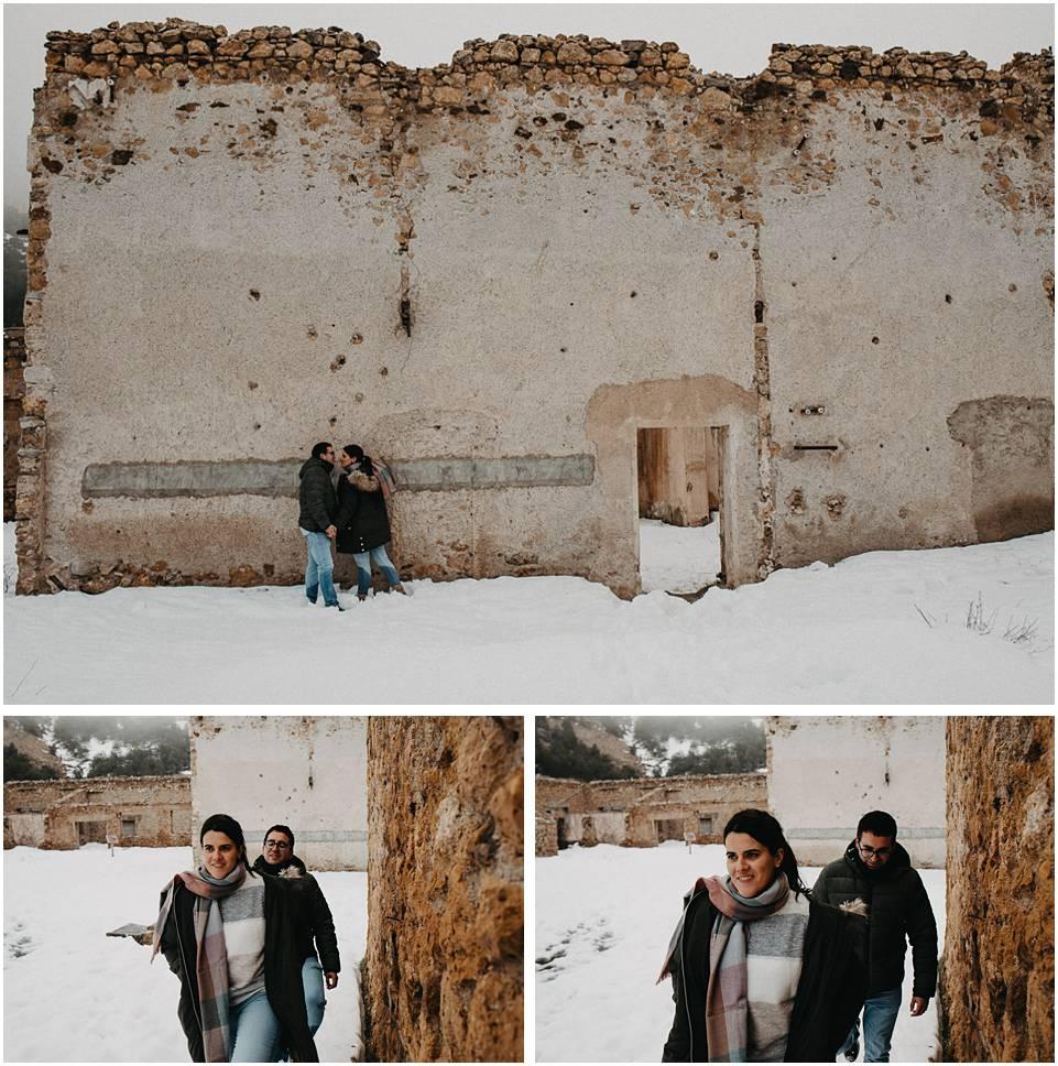 una pareja pasea por la nieve