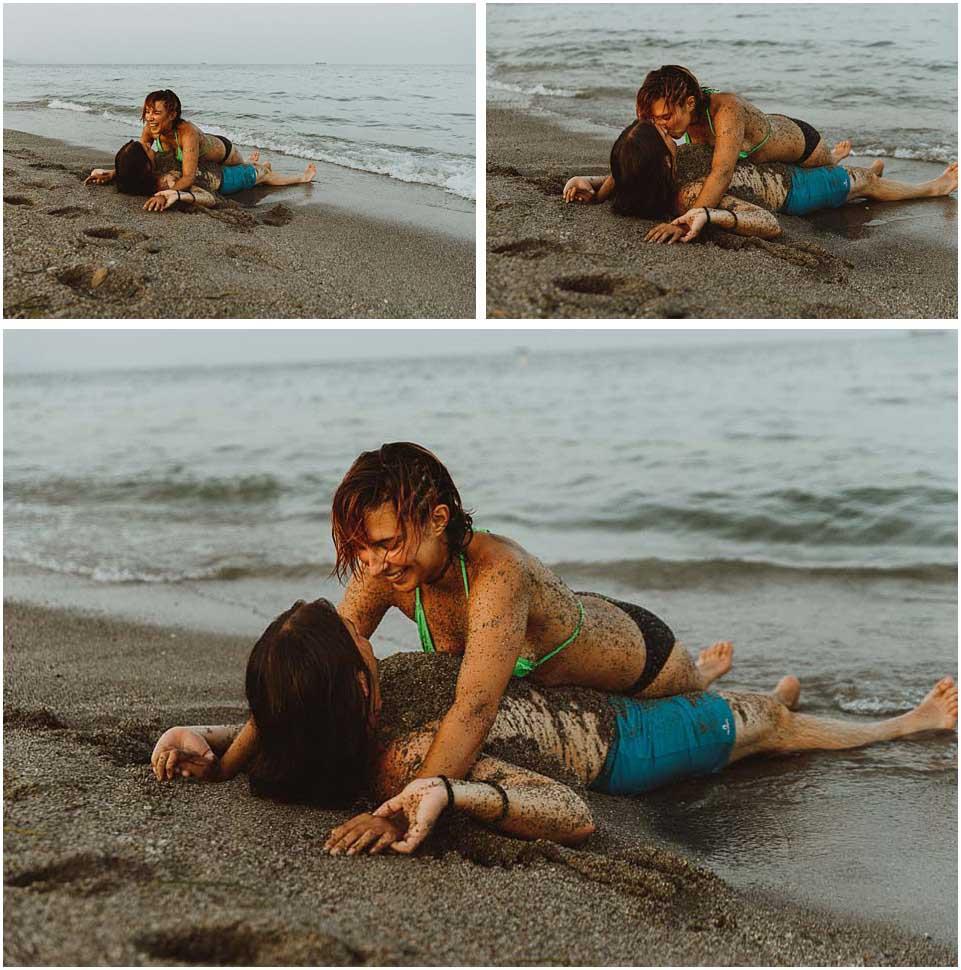 pareja besandose en la playa de almeria