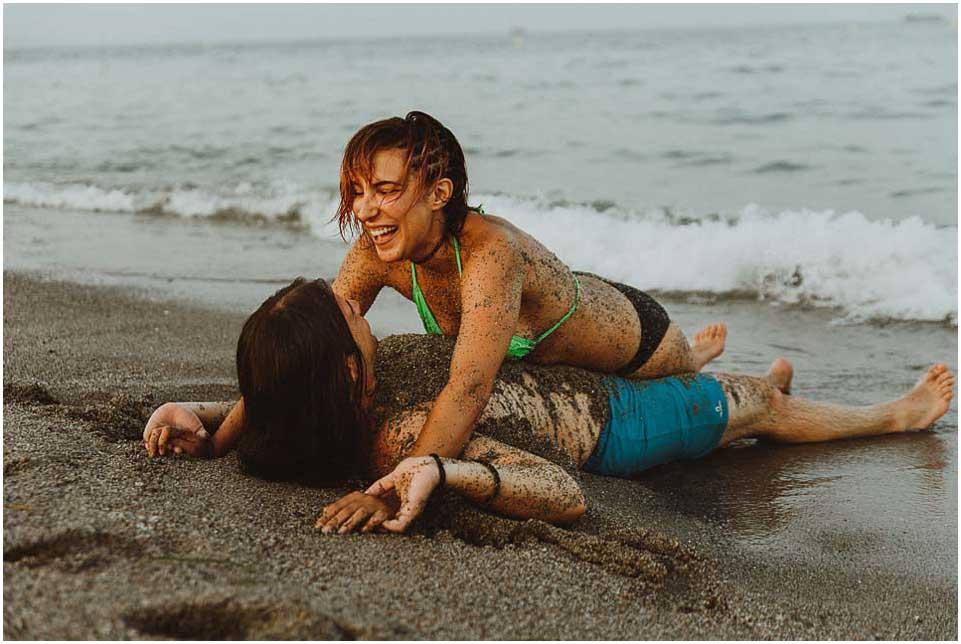 pareja riendo en la playa de almeria