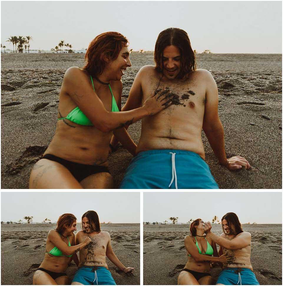 fotos de pareja jugando en la playa