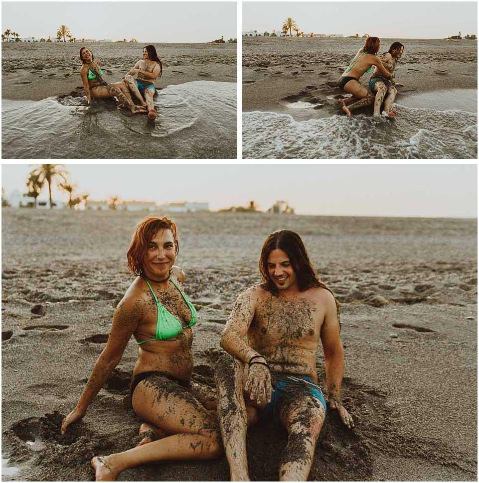 pareja se divierte en la playa